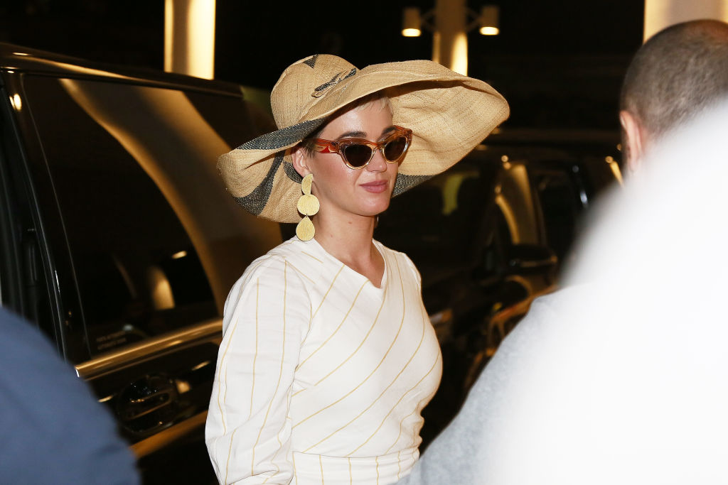 Katy Perry looks chic in a large sunhat