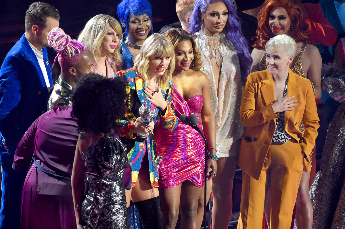 TSwift 2019 VMA accepting Video of the Year Award