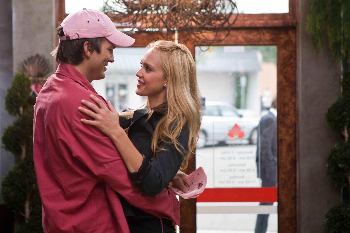 Jessica Alba and Ashton Kutcher embrace in the movie Valentine's Day