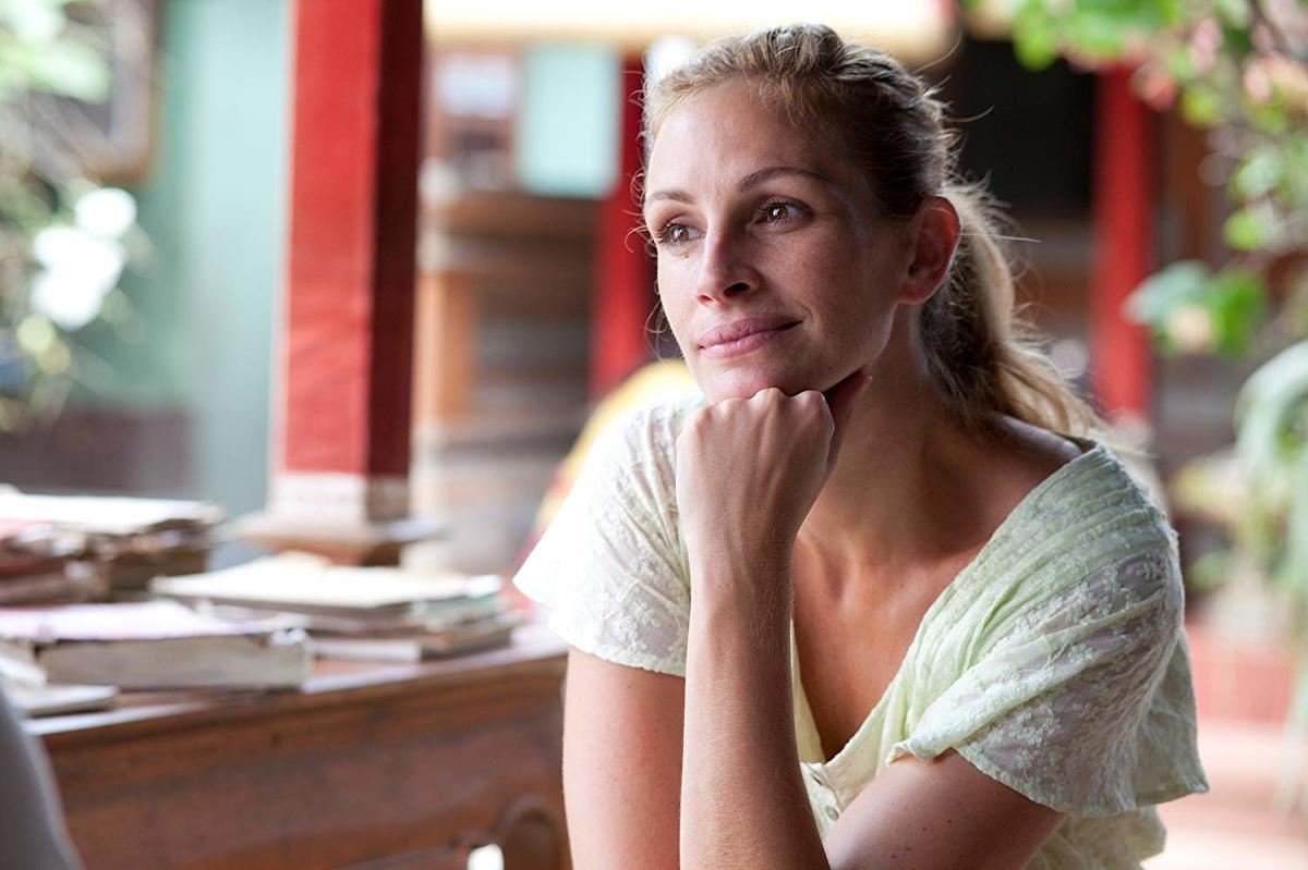 julia roberts with her hand on her chin in eat pray love