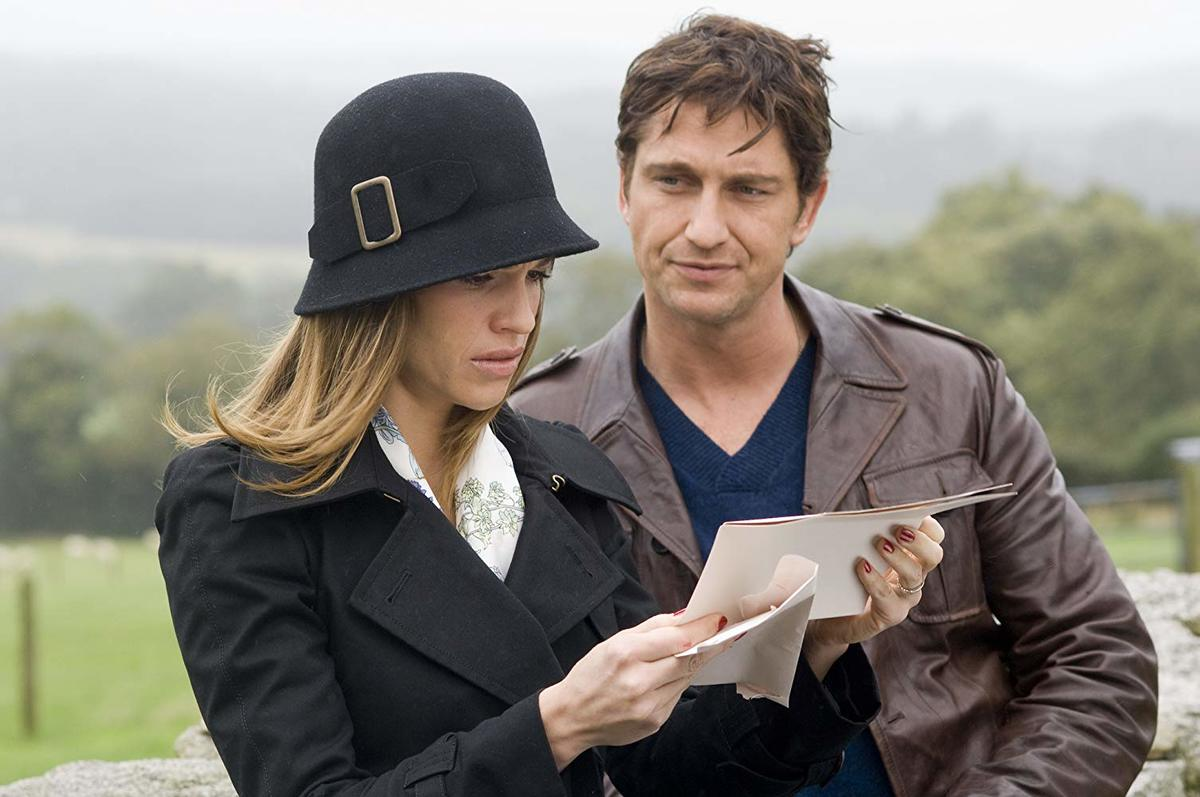 hilary swank reading a note and gerard butler looking at her in p.s. i love you