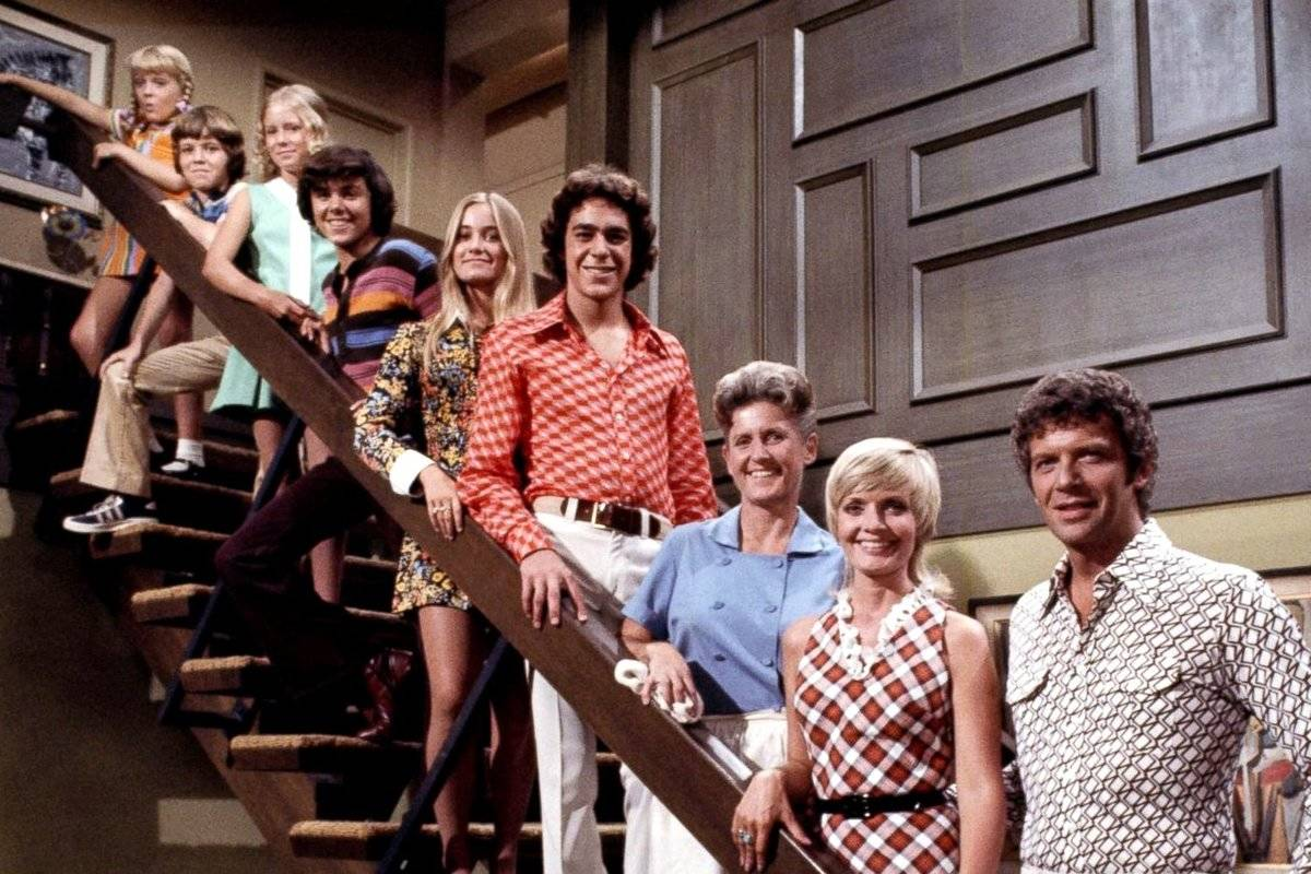 cast of the brady bunch lined up on steps