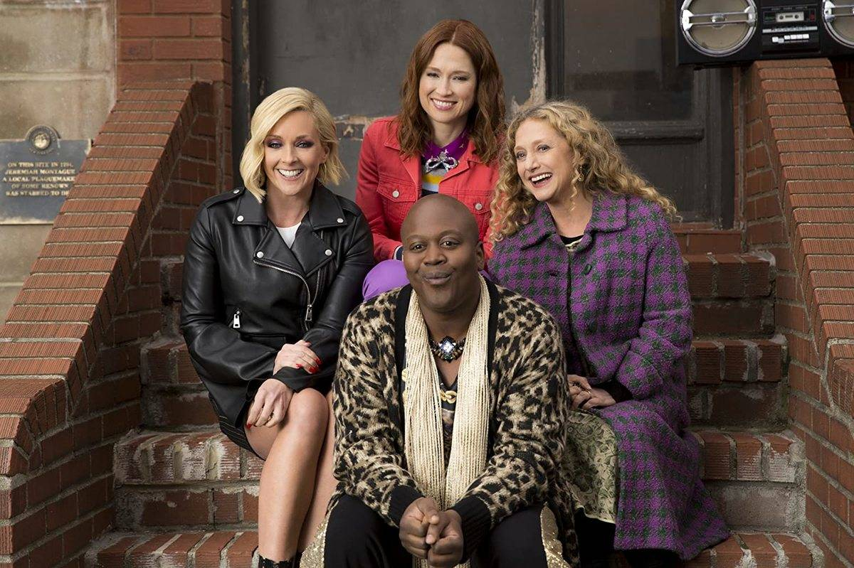 cast of unbreakable kimmy schmidt sitting on steps