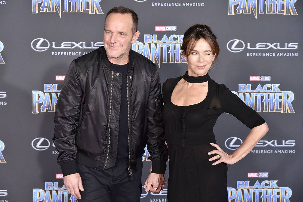 jennifer grey and clark gregg on a red carpet