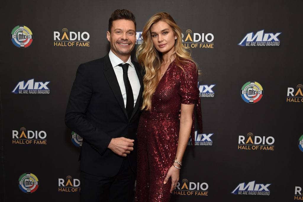 ryan seacrest and shayna taylor on a red carpet