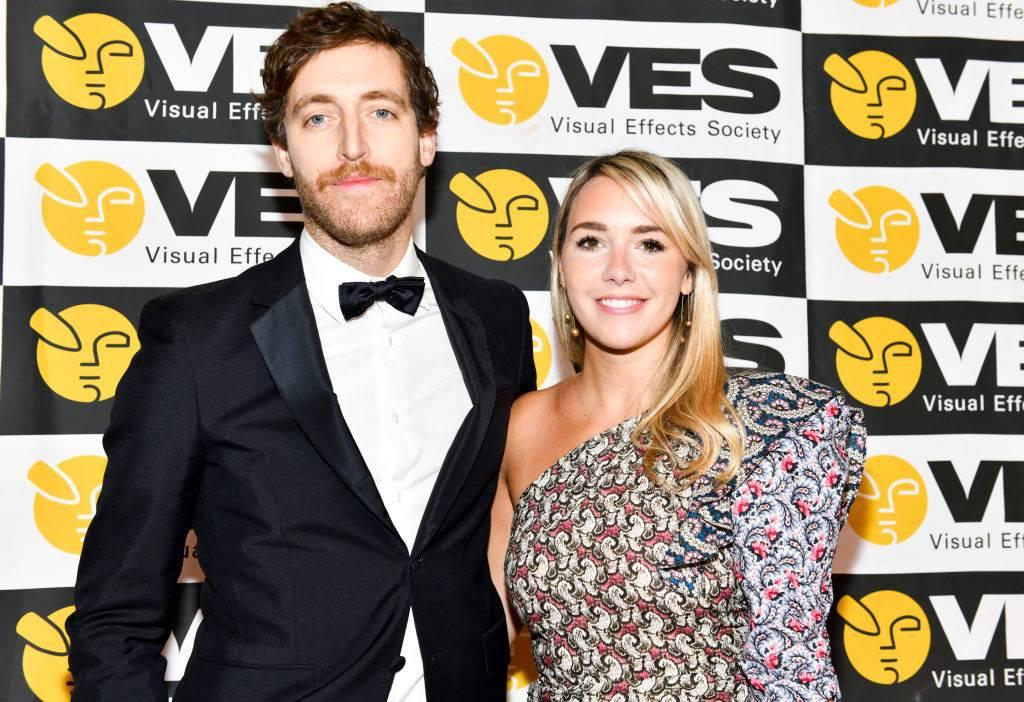 thomas middleditch and mollie gates posing on a red carpet